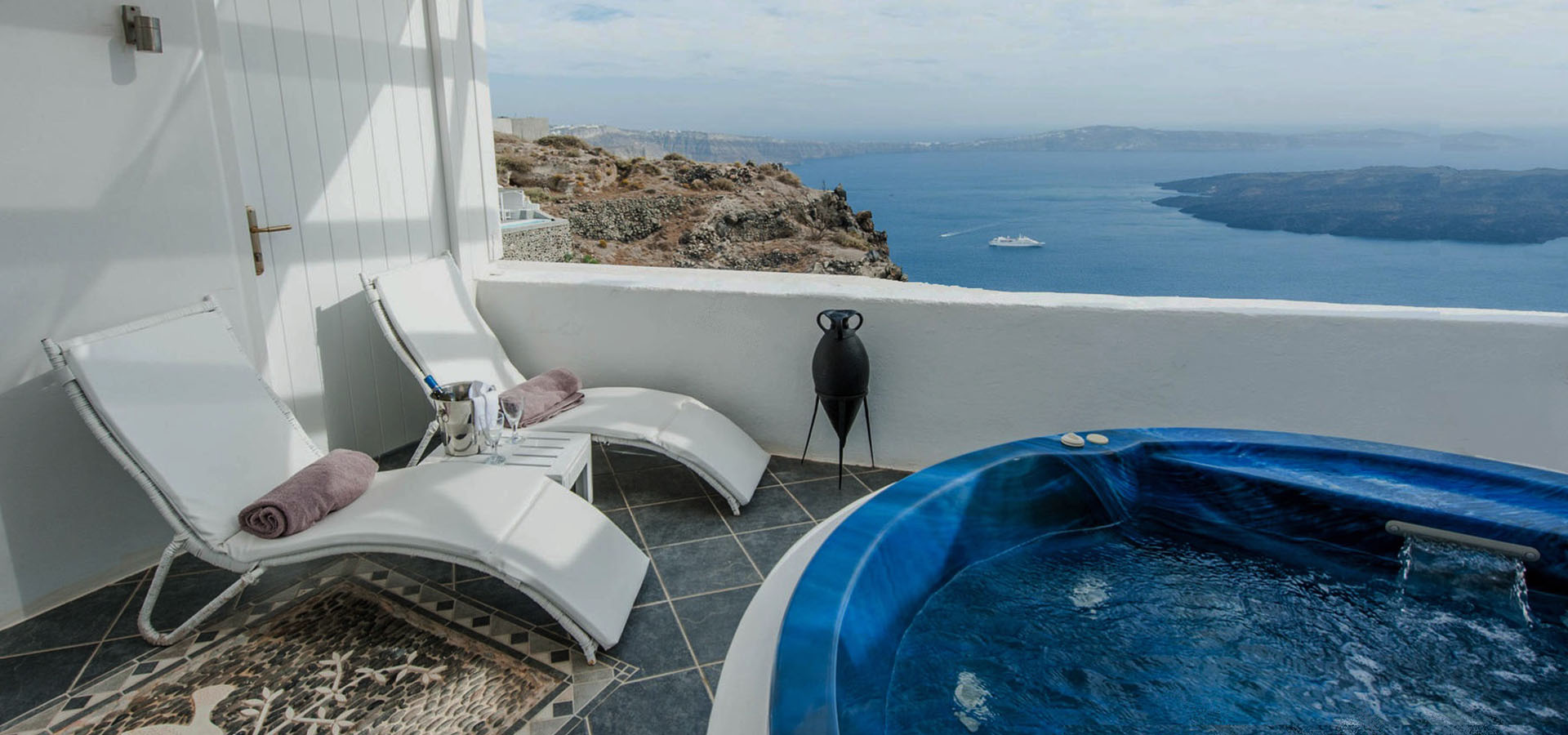 Luxury Hotel in Santorini - Aeolos Studios & Suites